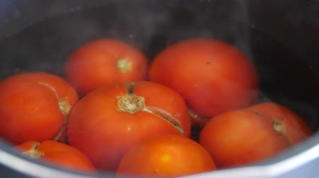 ocet : Boiling tomatos for salsa in a pot of hot water