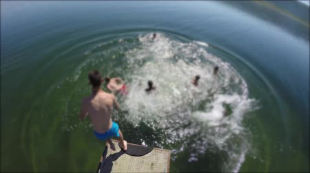 chaluha : Boys jumping into mountain lake from dock Dostupné videozáznamy