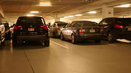 kolumna : Car backing up in underground parking