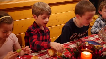 obiad : Children at a family christmas dinner