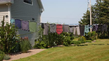 varal : Clothes drying on a line blowing in a wind
