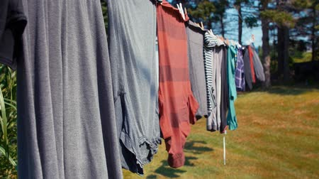 varal : Clothes hanging on a line blowing in wind Vídeos