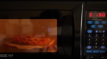 cozinhar : Cooking the microwave pizza in a hotel room