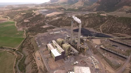 queimar : Cool high aerial shot of large coal power plant