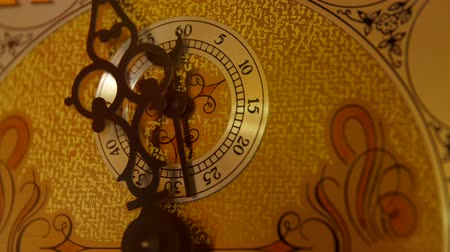 гравюра : Cool old grandfather clock face in the living room