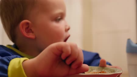 çatallar : Cute little boy eats a bowl full of spaghetti for dinner