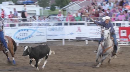 cowboy hut : Editorial Coboys Team Seil in einer PRCA Rodeo Event Zeitlupe