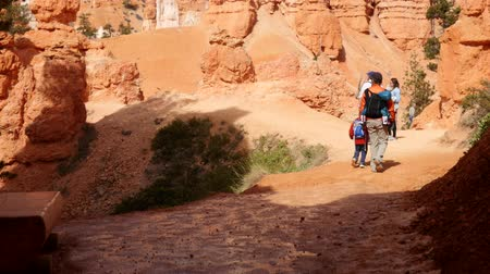 martelo : Families hiking in the hoodoos in Bryce Canyon National Park