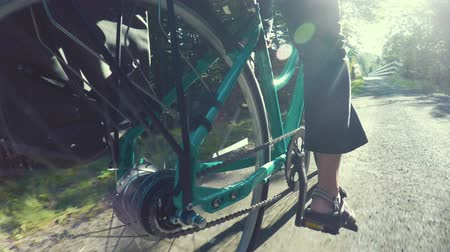 ciclismo : Fun low shot of woman biking in a green forest on bike trail Stock Footage