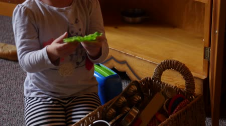 pré escolar : Girl playing with toys together in home