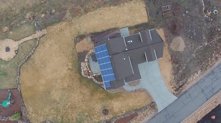 dekarz : High aerial shot of a home with solar panels on roof in spring Wideo