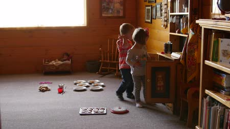 pré escolar : Little kids playing with toys together at home