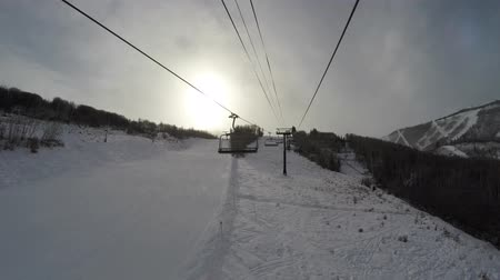 sportowiec : Long ski lift on cold day going up mountain Wideo
