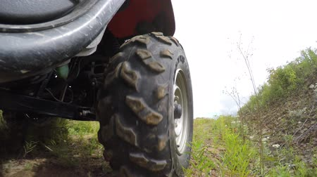 gleba : Low shot of a four wheeler side by side tire driving on dirt Wideo
