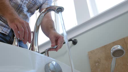 faíscas : Man fills tub with hot water low shot
