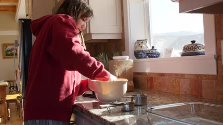 piekarz : Mother mixing butter and flour to bake a pie