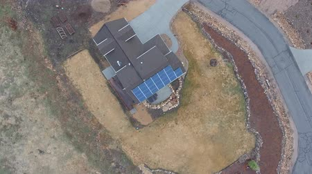 fotovoltaik : Rotating aerial shot of a home with solar panels on roof Stok Video