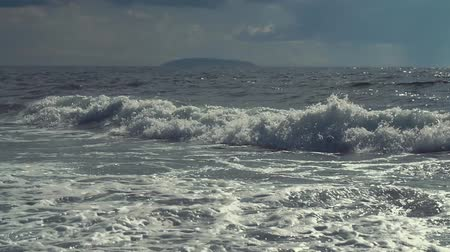 rekreasyon : Slow motion shot of waves falling on a shore in the evening