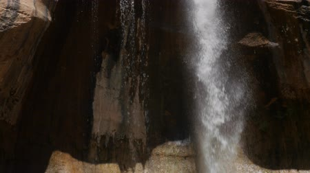 mohás : Tilting Shot of lower calf creek falls at the desert of Southern Utah
