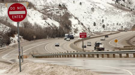 вводить : Trucks and cars drive on I-80
