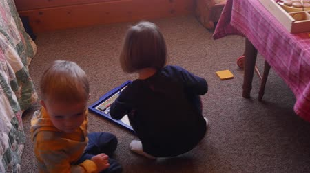 pré escolar : Two toddlers playing together in a room