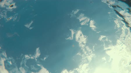 refraksiyon : Underwater shot of an ocean surface and reflection with clouds