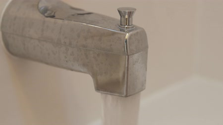 hydraulik : Water falling from a bathtub faucet Wideo