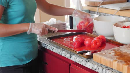 tomate : Woman chops tomatos for fresh salsa
