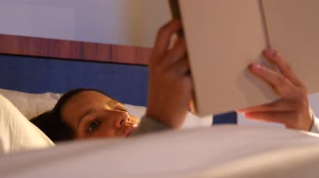 colchão : Woman reading her book in a soft bed at hotel room