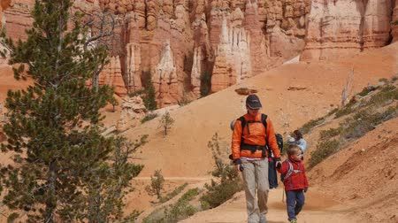 fennsík : Young family hiking in Bryce Canyon National Park