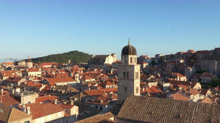 terrakotta : Panoramic view of the historic town of Dubrovnik, one of the most famous tourist destinations in the Mediterranean Sea, with traditional terra-cotta rooftops in golden evening light at sunset, Croatia Stock mozgókép