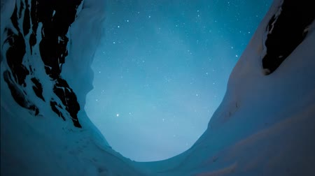 льдом : Stars rotating outside a snowy cave Стоковые видеозаписи