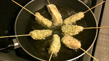 preparado : Frying Fish Sticks (HD). Fish sticks with seasoning frying on a canola oil filled pan. Clip speed up 300% Stock Footage