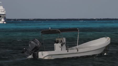żelazko : Motorboat in Caribbean Sea (HD). Small motorboat used for transportation floating in the Caribbean sea.