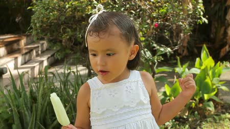 küçük kız : Hispanic Girl With Ice Pop (HD). Lemon Ice pop being eaten by a 4 year old Hispanic girl.