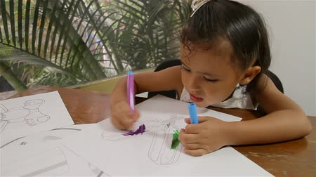 küçük kız : Girl Coloring Drawings Sequence (HD). Three shot sequence of a four year old Hispanic girl doing some coloring with felt pens on some drawings, in this case some ice cold pops.