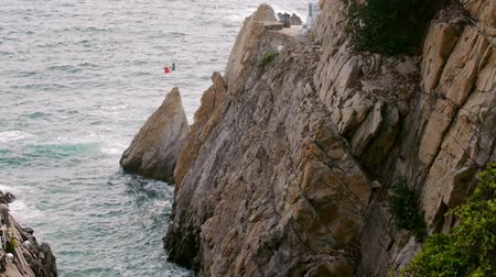 kayalık : La Quebrada Acapulco Mexico (HD). View of La Quebrada cliff diving site near Acapulco, Mexico. This spot is internationally knows for cliff divers who dive from the top height of 120feet 40mts.
