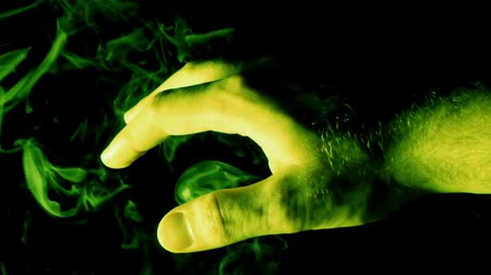 czarodziej : Mystical Hand with Green Smoke (HD). Green smoke engulfs a hand with green light gels to generate ambiance. Wideo