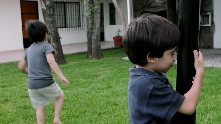 irmãos : Boys Playing Hide and Seek (HD). 2 brothers of Hispanic origin; 6 and 4 years old playing hide and seek each other. Older Brother counts