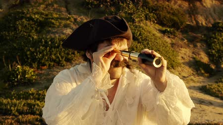 pirat : Pirate With Spyglass (HD). Pirate with white shirt looking at an objective with a vintage spyglass at sunset. Wideo