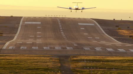 samoloty : Small Plane Lands On Runway Seen From Behind Wideo