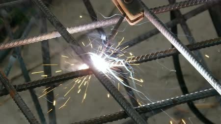 spawacz : Soldering Steel Rods Slow Motion (HD). Soldering Steel reinforcement bars in a cage before applying concrete.