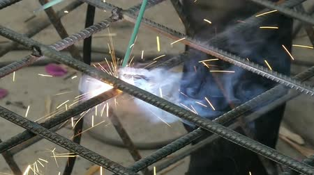 soldagem : Soldering Steel Rods with Sparks (HD). Soldering Cris-crossed Steel reinforcement bars
