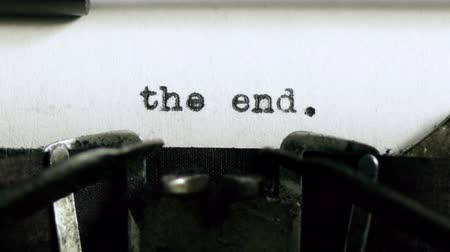maszyna do pisania : The End Typed (HD). The End. being typed and centered on Vintage 1940s typewriter. Ambient audio Included.