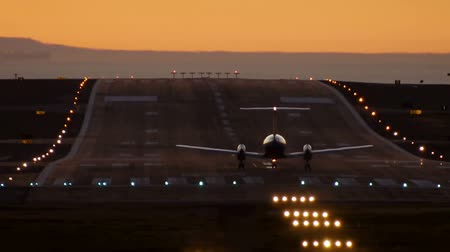 samoloty : Turbo Prop Plane Taking Off at Dusk Wideo