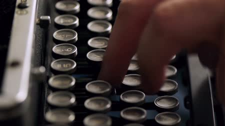 gazeta : Old Typewriter Typing. Vintage 1940s typewriter being used by male hands seen from the side Wideo