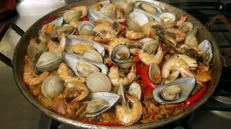 испанский : Paella Spanish Cuisine Dish Uncovered and Covered