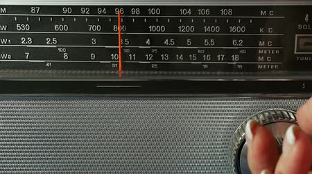 ladění : Old Radio Dial Being Tuned By Female Hand