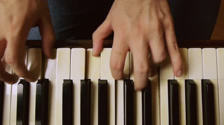 пианино : Male piano player hands with dolly slider motion. On a grand piano.
