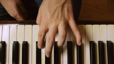 пианино : Piano player hands with dolly slider motion. On a grand piano.